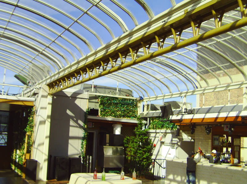 Retracting roof conservatory